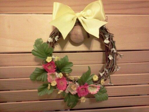 I made a mini wreath! I think it turned out alright :)