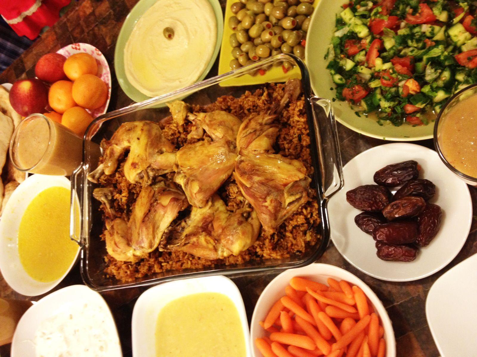 دجاج و تمن احمر و لبن و زلاطة و شوربة و عصير كوكتيل و حمص و جزر و تمر و فواكه Dinner Food Beef