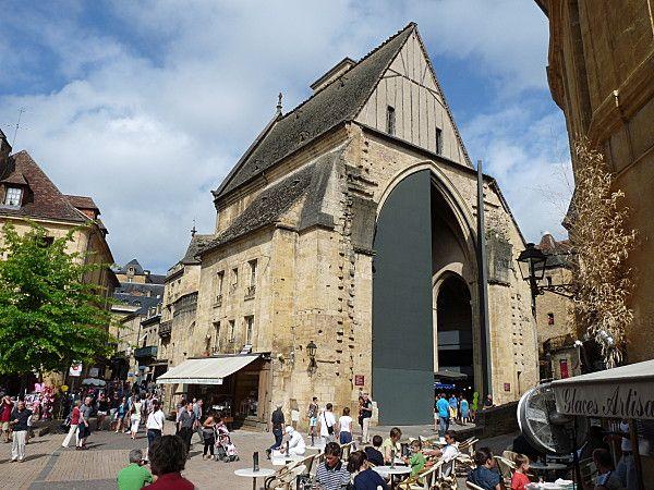 Eglise Sainte Marie, construite en 1368 Son marché couvert et ses