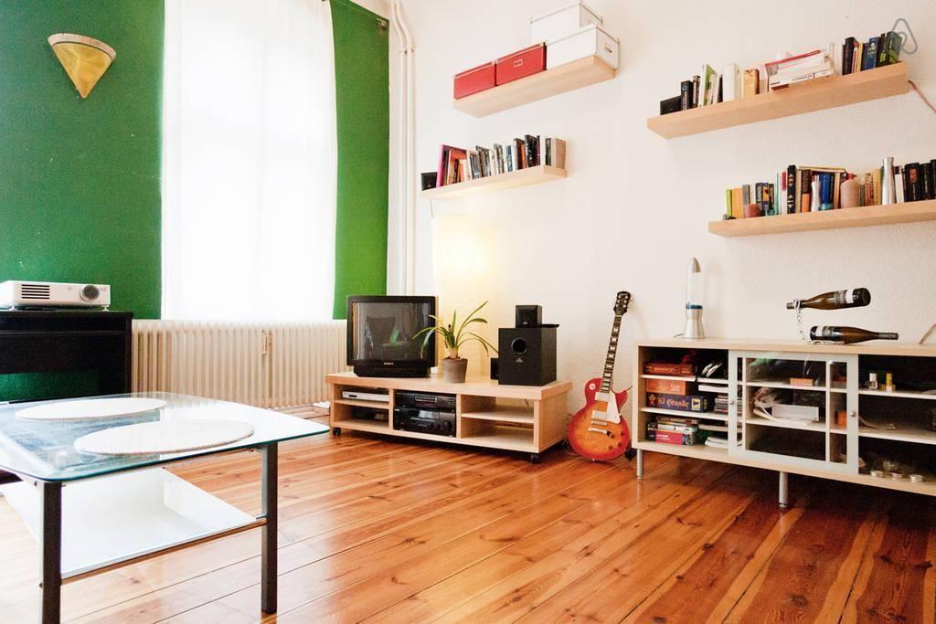 Grüne küchenwand ~ Schönes zimmer in berlin mit holzdielen grüner wand und offenen