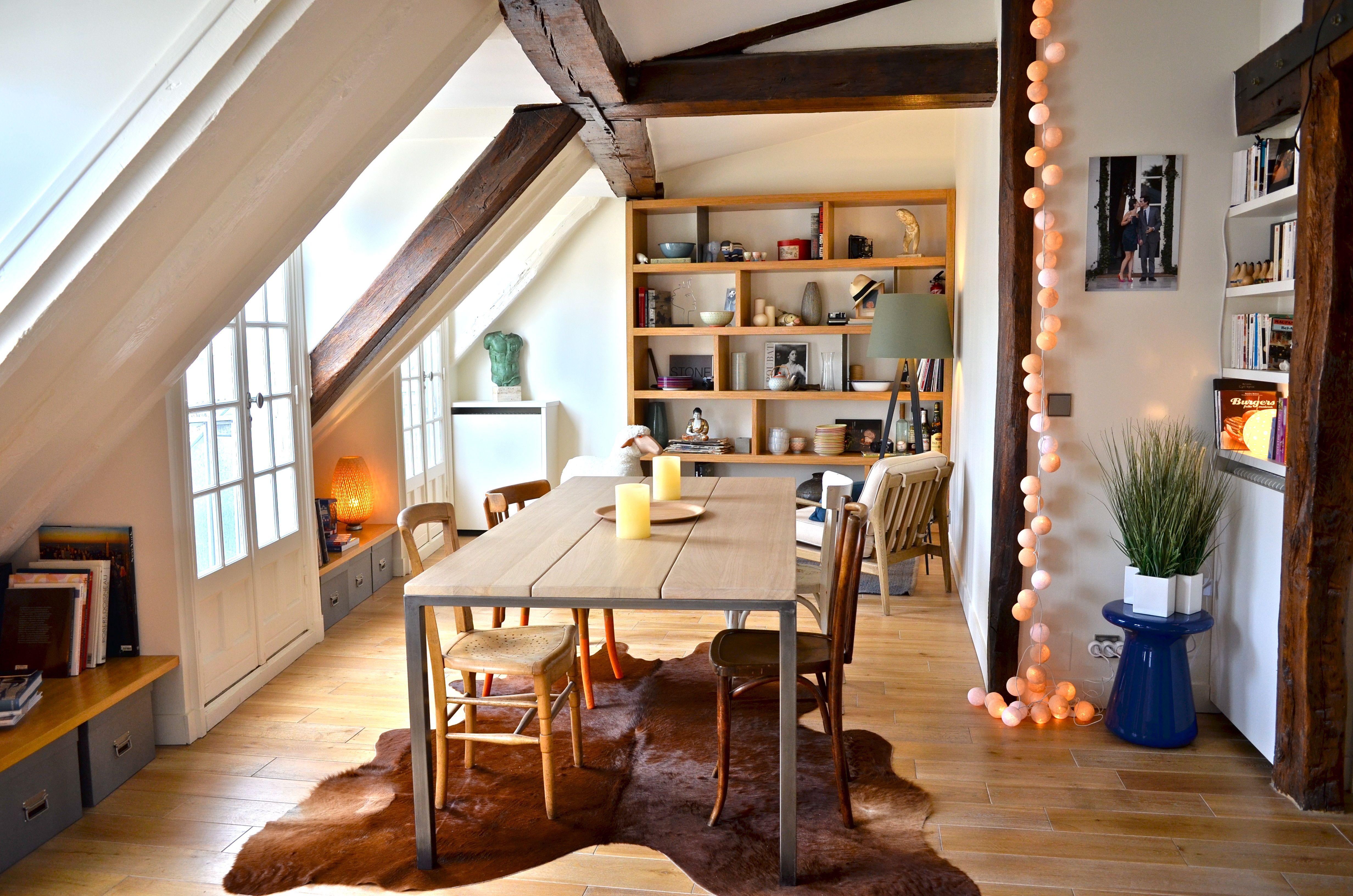 """Table aux chaises dépareillées guirlande lumineuse """"La case de"""