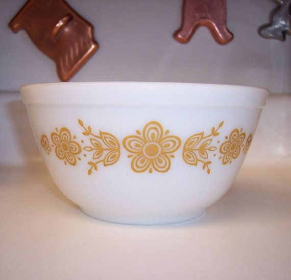 This listing is reserved for Dawn Vintage Pyrex mixing