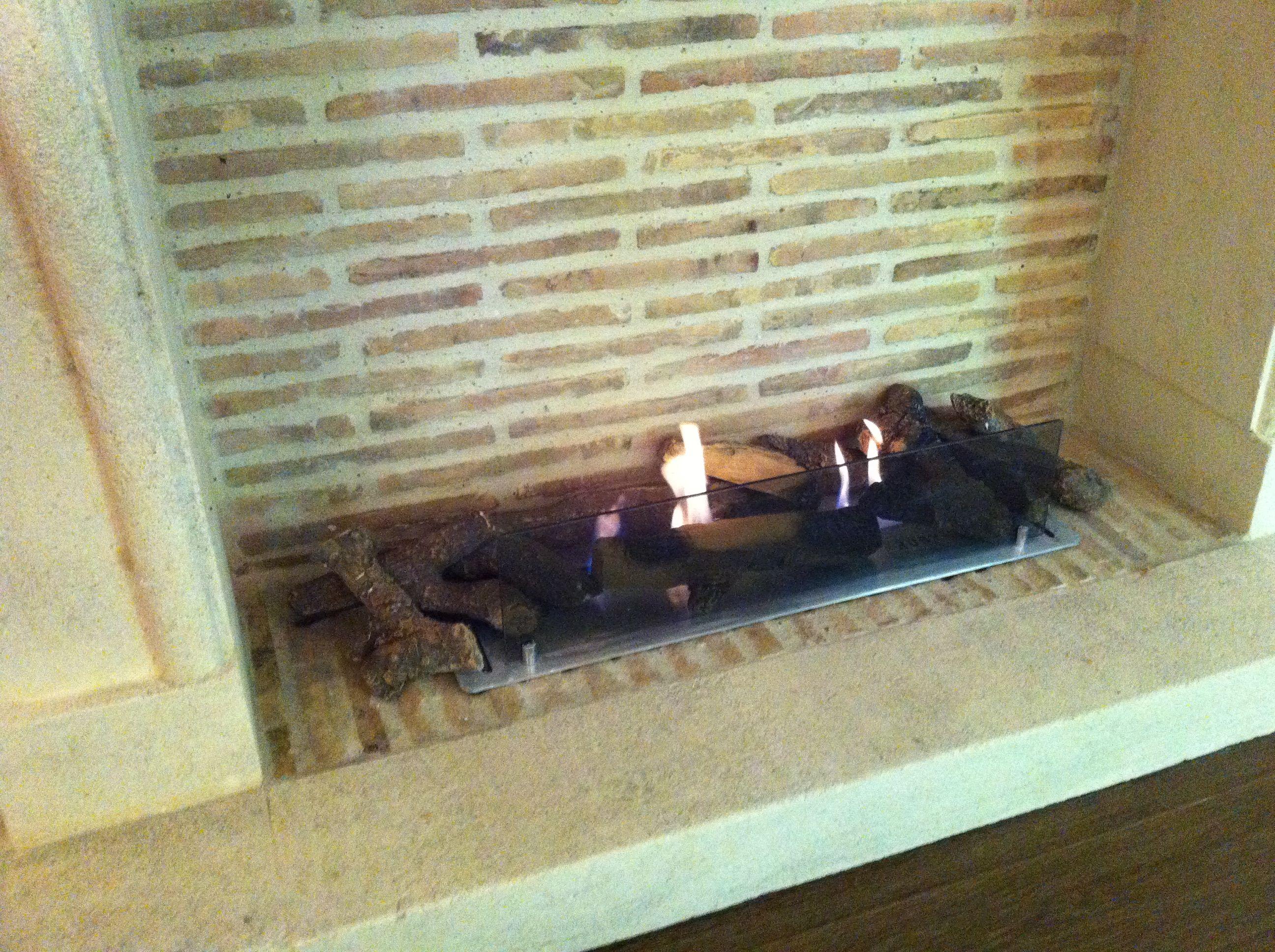 Installation de briquettes anciennes dans une cheminée avec un
