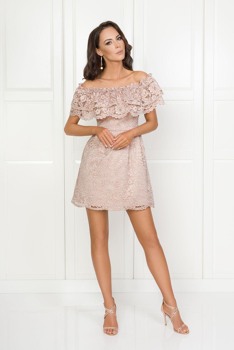 f4922ca6d3188b Illuminate.pl Luna - Koronkowa sukienka z dekoltem typu carmen, podszyta  różową podszewką. Sukienka zdobiona poziomymi falbanami, wykonana z  grubszej ...