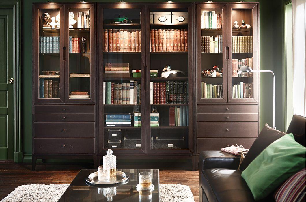 Een ruime woonkamer met hoge kasten van REGISSÖR | bookshelves ...
