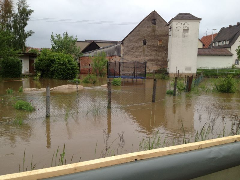 Ein überfluteter Garten in Walsdorf (Lkr. BA) am Samstag.