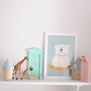 """Ya estamos a mitad de semana. Espero que estéis pasando un buen día ¡Un abrazo de oso!Lámina """"Oso con mensaje"""" link en bio Preciosa foto de @blogtravesia #clientasconencanto  #mint #shelf #bear #nursery #kidsroom #mypushup https://www.mypushup.com"""