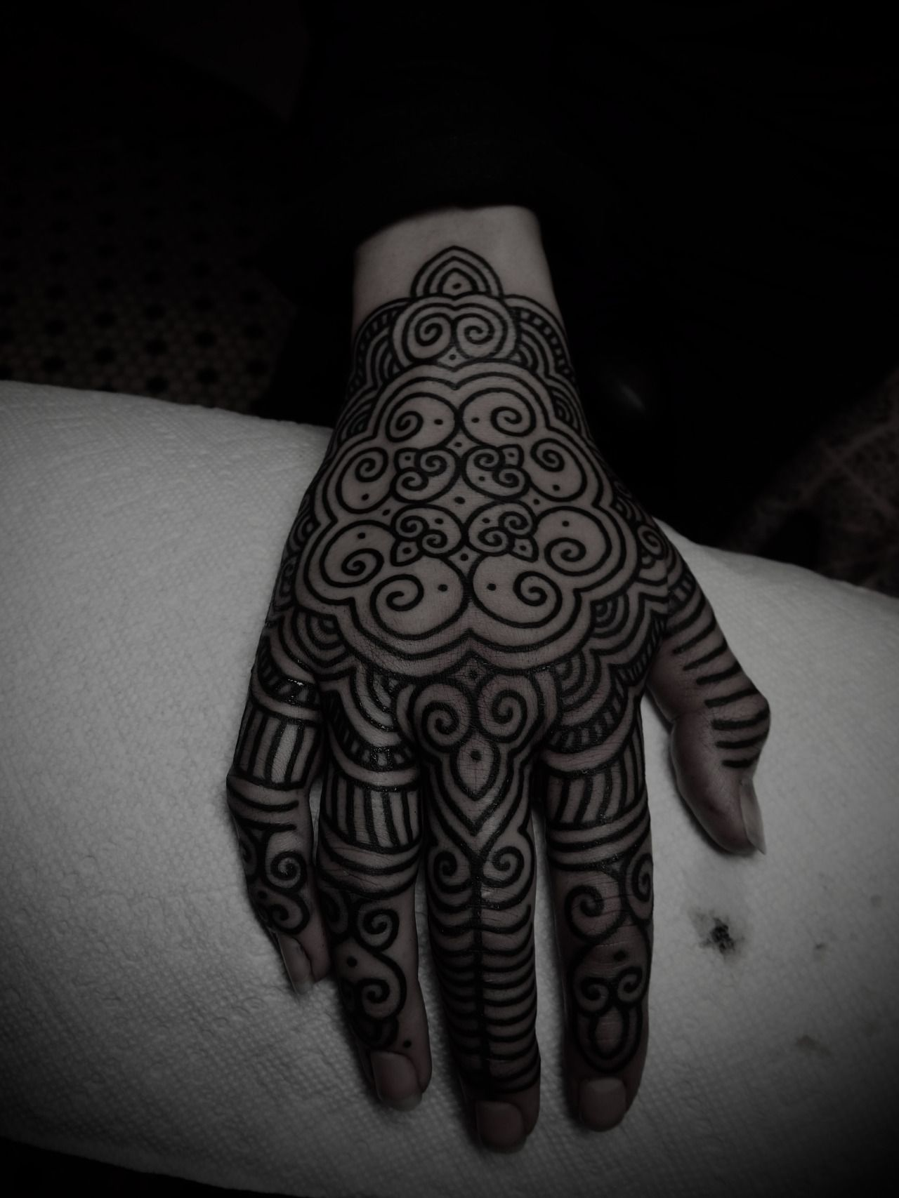 If I were to have a hand tattoo, it would be something like this.  A fan of Guy le Tatooer's work, as always! <3