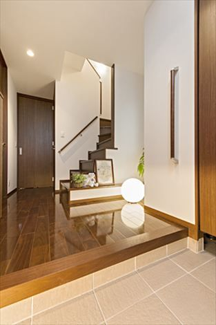 階段の腰壁をなくして空間に広がりを 注文住宅 住宅 玄関