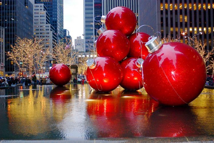 große Weihnachtskugeln in den New Yorker Straßen