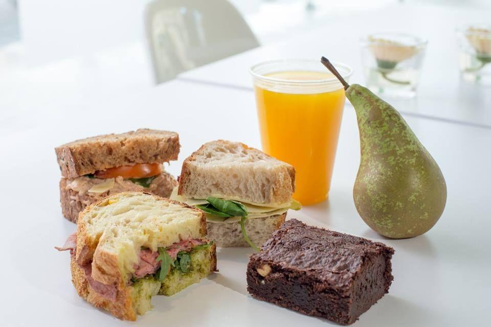 Ook voor een vergaderarrangement kunt u bij ons terecht. We hebben diverse arrangementen van broodjes, fruit, drinken en zoet en bezorgen ook. #Hartig #Amersfoort #Vers #Bezorgen #To-Go #Vergaderen