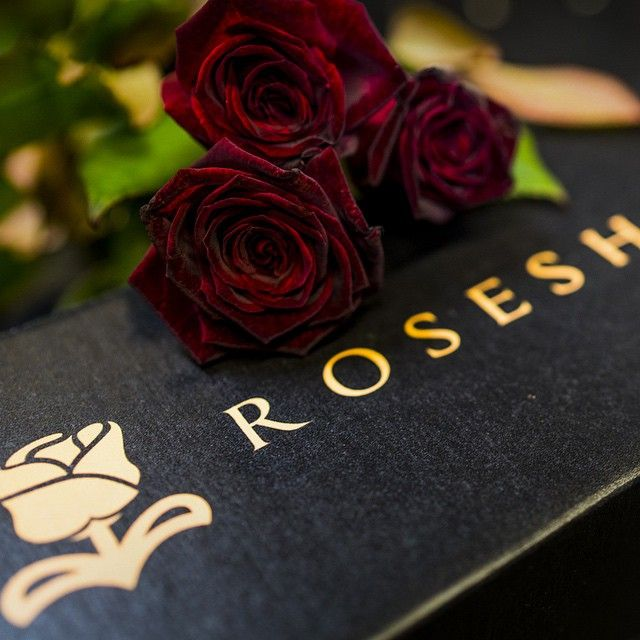 im not a huge roses or even flower fan, but the day i get a box of rosehire roses, i might fucking die.