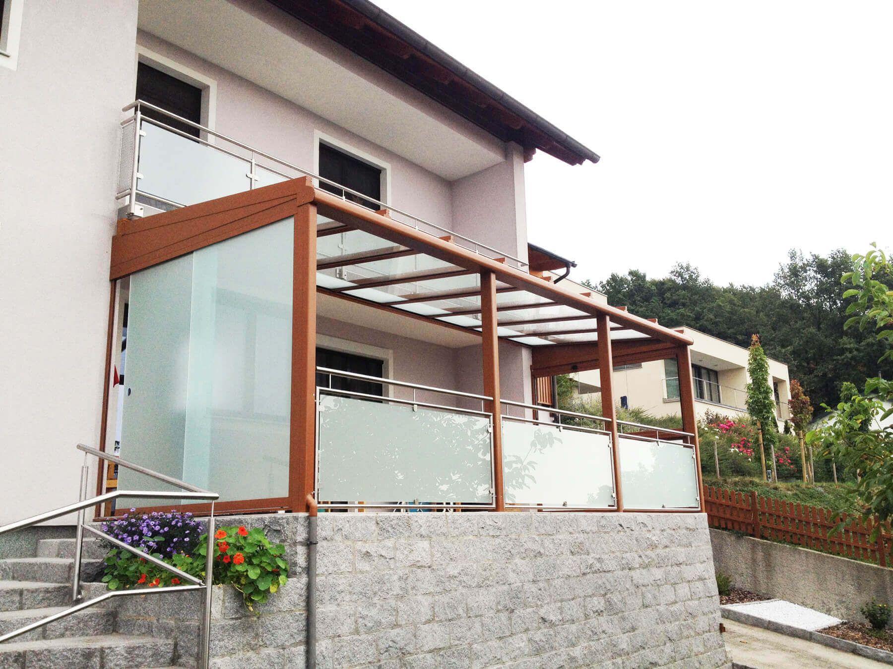 Glasschiebewand Milchglas und Terrassendach Windschutz