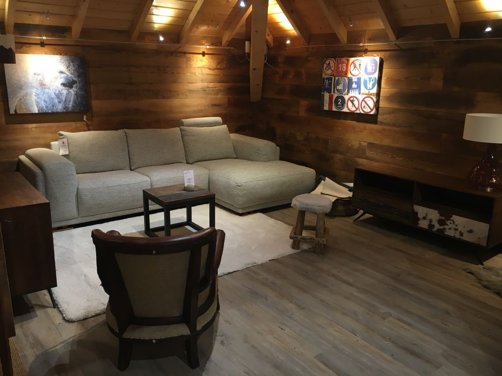 Une Idee Deco Pour Un Salon Montagne Moderne Canape D Angle Shabby Par Furninova Meubles Collection La Plagne Mobilier De Salon Canape Angle Salon Montagne
