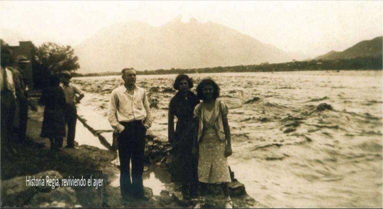Inundaci n en monterrey agosto de 1938 personas a un for Sillas para iglesias en monterrey