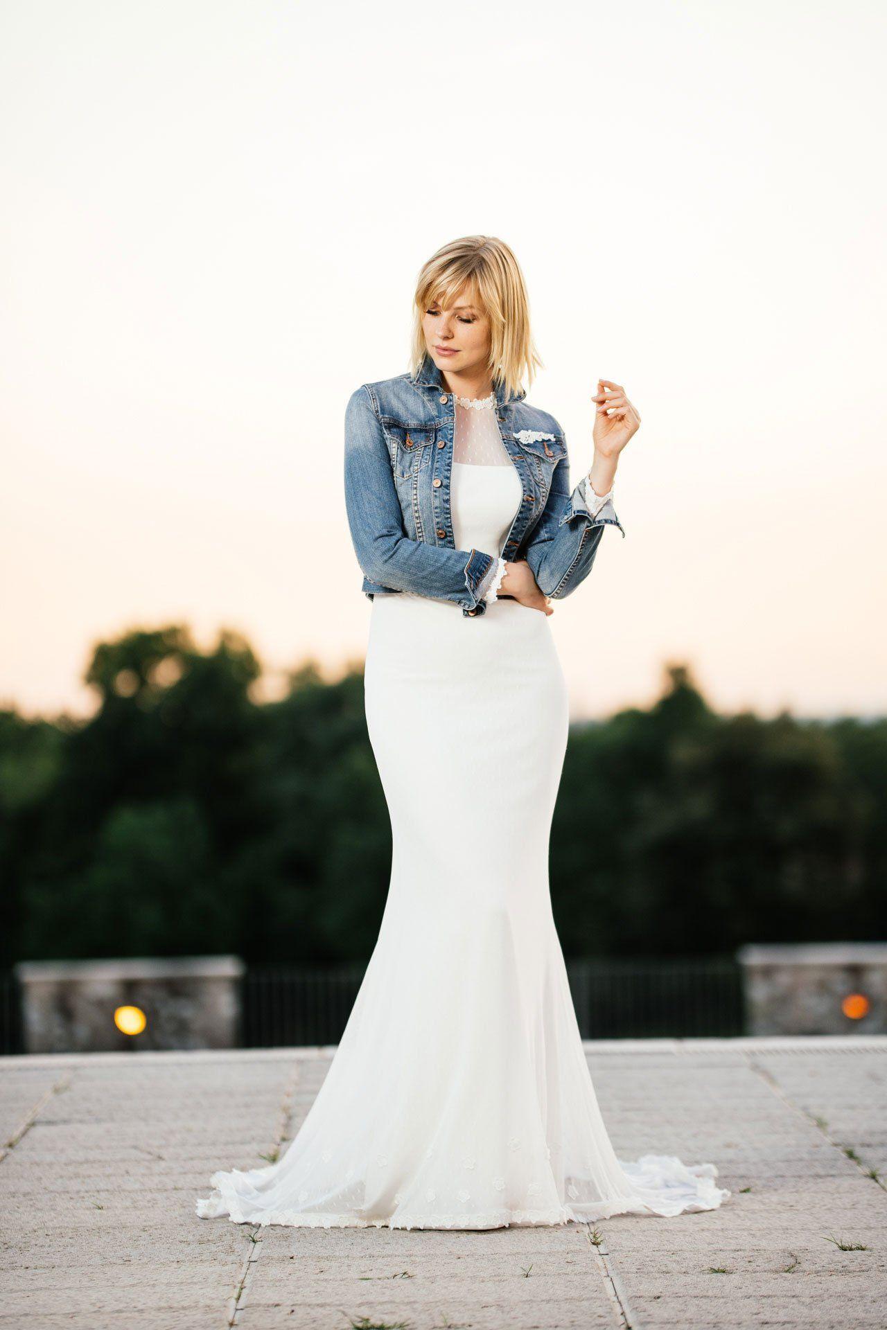 Brautkleid mit Ärmeln kombiniert mit unserer knackigen Jeansjacke ...