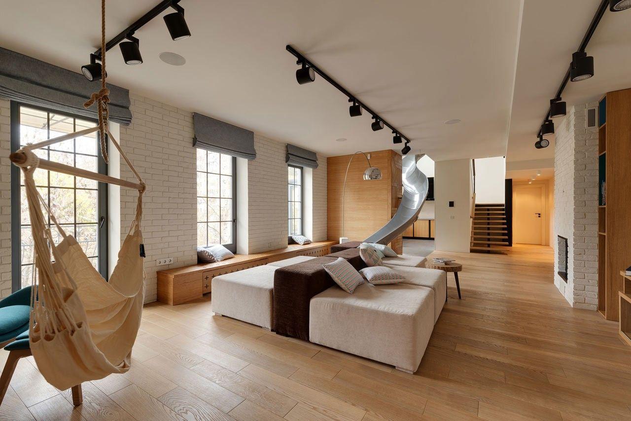 Attention, cet appartement va en réjouir plus d'un ! Petits et grands tomberont surement d'accord, ce logement ukrainien pourvu d'un toboggan est on ne peut plus ludique et doit être le fantasme des plus fainéants d'entre nous.  En effet, réparti sur deux niveaux au dernier étage d'un immeuble datant de 1917, cet appartement nécessitait une rénovation complète pour ré-organiser l'aménagement des pièces. Le premier étage abrite la salle de séjour, la salle à manger, la cuisine avec jardin...