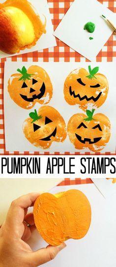 Lustige Halloween Kürbis-Gesichter aus Apfelabdruck: dafür benötigt man einen Apfel, orange, grüne und schwarze Fingerfarbe.