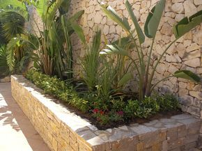 Paisajismo jardineras con piedras buscar con google for Jardineria al aire libre casa pendiente