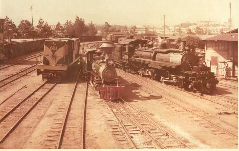 """Estación Central, Guatemala.  Locomotora diesel eléctrica serie 600, una """"Júpiter"""" y una de las dos """"caimanas""""."""