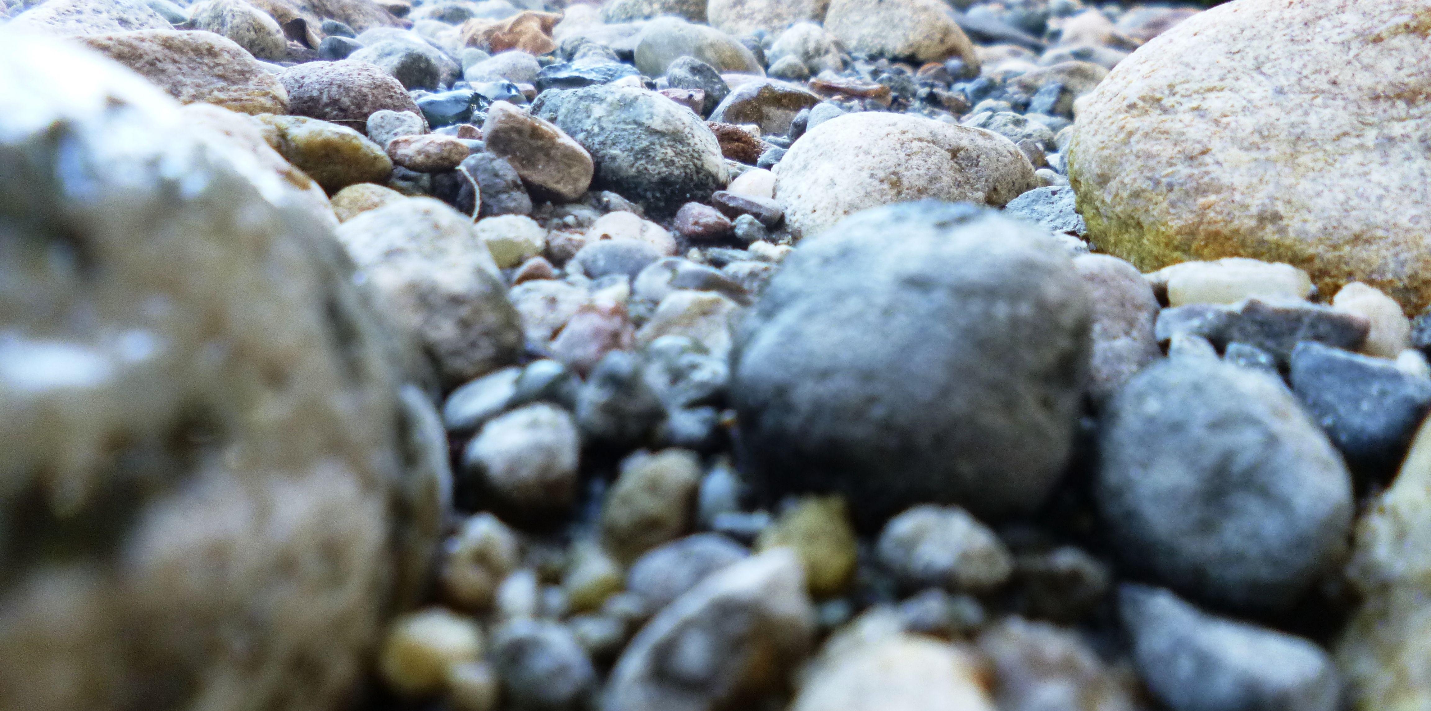 Piedras de rio com nmente se usan para el dise o y for Piedras para estanques
