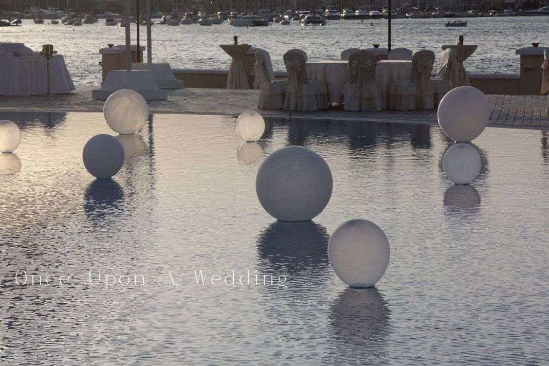 White and transparent balloons - Wedding pool decoration