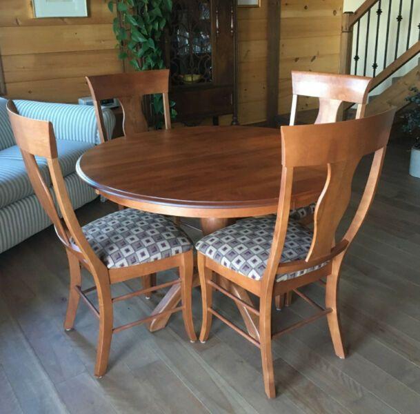 Attirant Une Table Et 4 Chaises En Bois Franc De Marque Shermag | Mobilier De Salle à