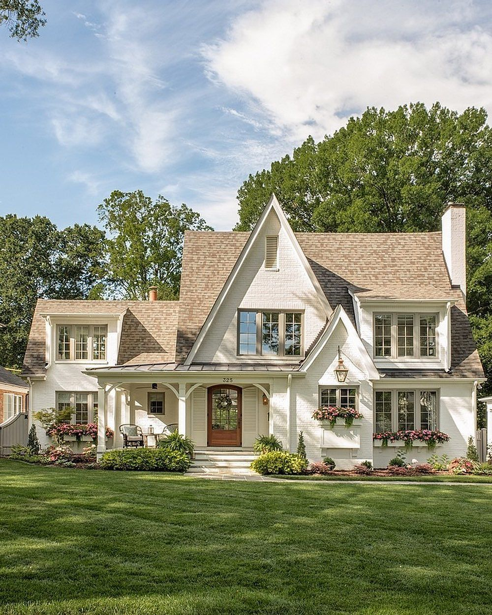 Farm House Homes On Instagram This Cottage Style Is Adorable In 2020 Brick Cottage White Brick Houses Dream House Exterior