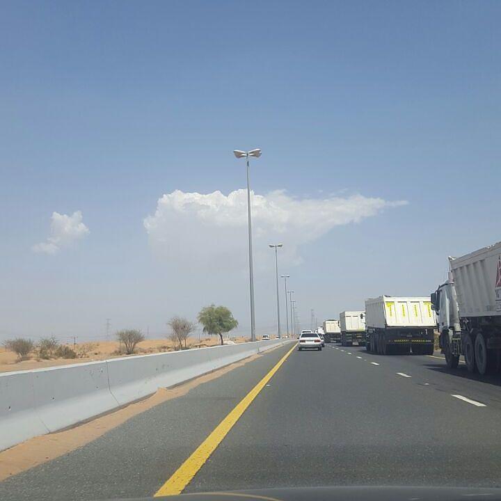 شبكة أجواء الإمارات السحب حاليا على الذيد الشارقة من المطارد سالم علي المزروعي هذا الحساب برعاية بنياتا الإمارات Pin Instagram Instagram Posts Road