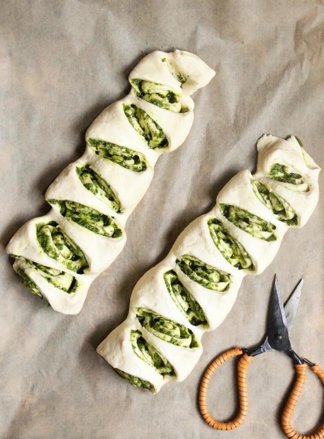 Herzhafter Grillbegleiter: Brotrollen mit grünem Pesto
