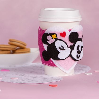 Mickey & Minnie Cutie Valentine's Day Cozy- FREE DOWNLOAD TEMPLATE -Wrap your mug with this darling cozy featuring cutie versions of your favorite mouse sweethearts.