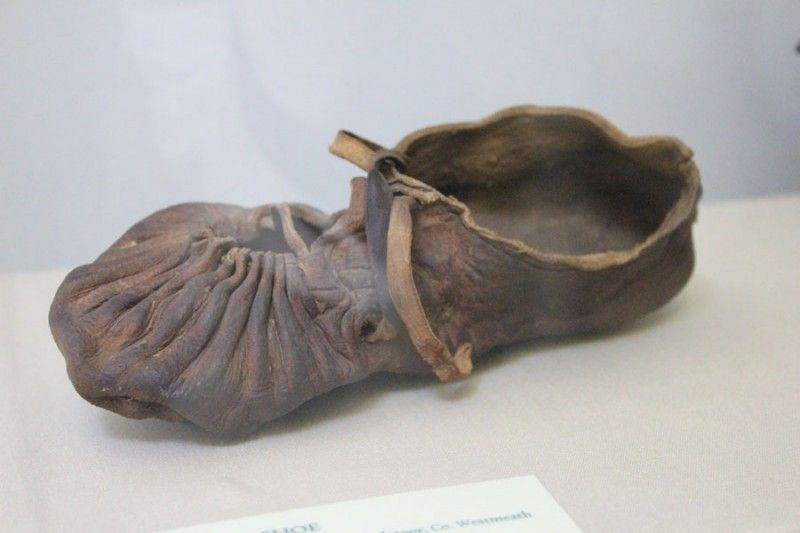(originals)These early medieval shoes are a replica of a pair that was found in Ballymacomb, Ireland. Shoes like these were mainly made of thin leather. They were worn between 700 and 900 AD by the lower classes of Ireland, Man and Scotland.