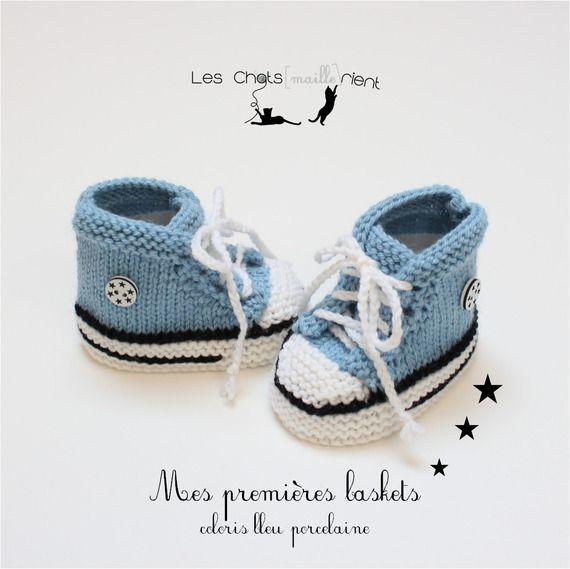 0c4050eb2fff7 Chaussons bébé baskets bébé style converse tricotées main en laine ...
