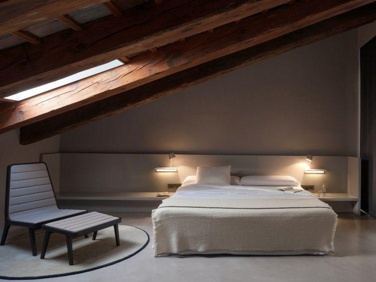 Zusatzliche Ablageflache Und Nachtleuchte Neben Dem Bett In Eins