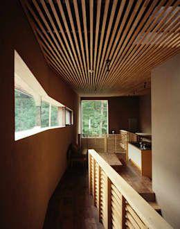空間の陰影が美しい格子天井のある家 Homify Homify 2020