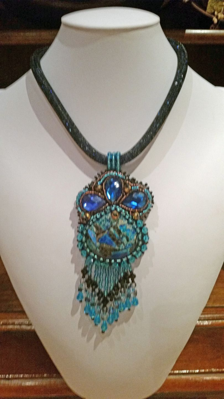 collana con pendente cabochon di diaspro turchese/blu,cristalli, swarovski, perle,girocollo tubo di nailon riempito con micro cristalli : Collane di giujoux