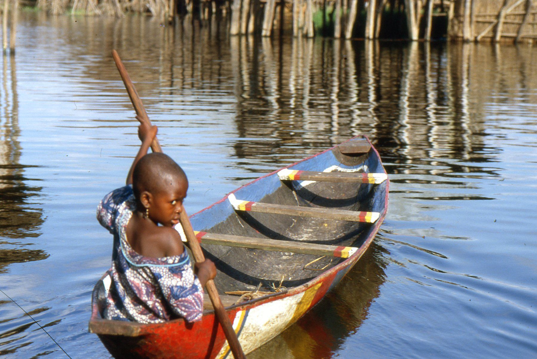 retour de l'école. Ganvié . Bénin 1986