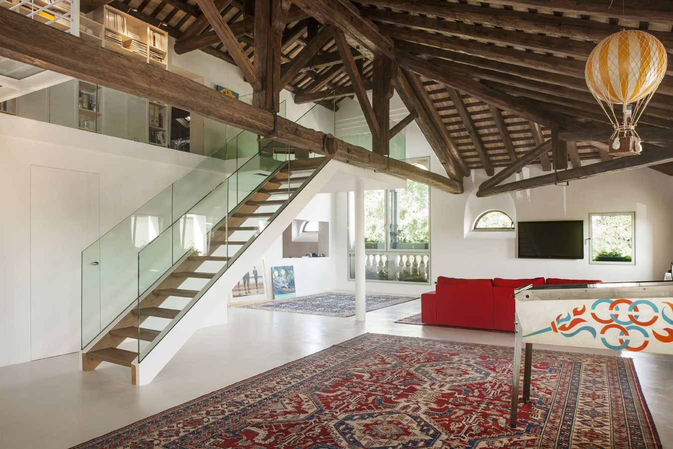 Located in the central Piazza Vittorio Emanuele II in Pieve di Soligo, the historic building is the result of distinct constructive incidents succeeded during the years. The building is rectangular and it develops on three levels. Many transformation