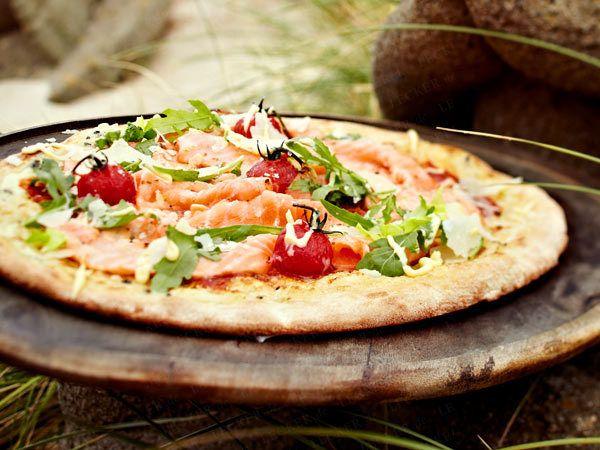 Sansibar-Pizza mit Wildlachs, Tomaten und Rucola