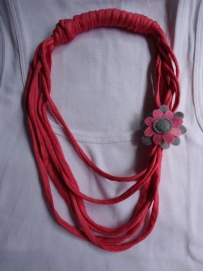 Colgante de trapillo con flor de fieltro.