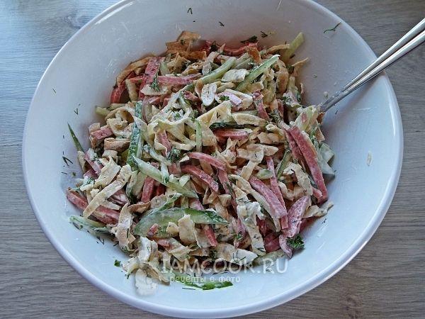 Салат с блинами и копченой колбасой — рецепт с фото ...