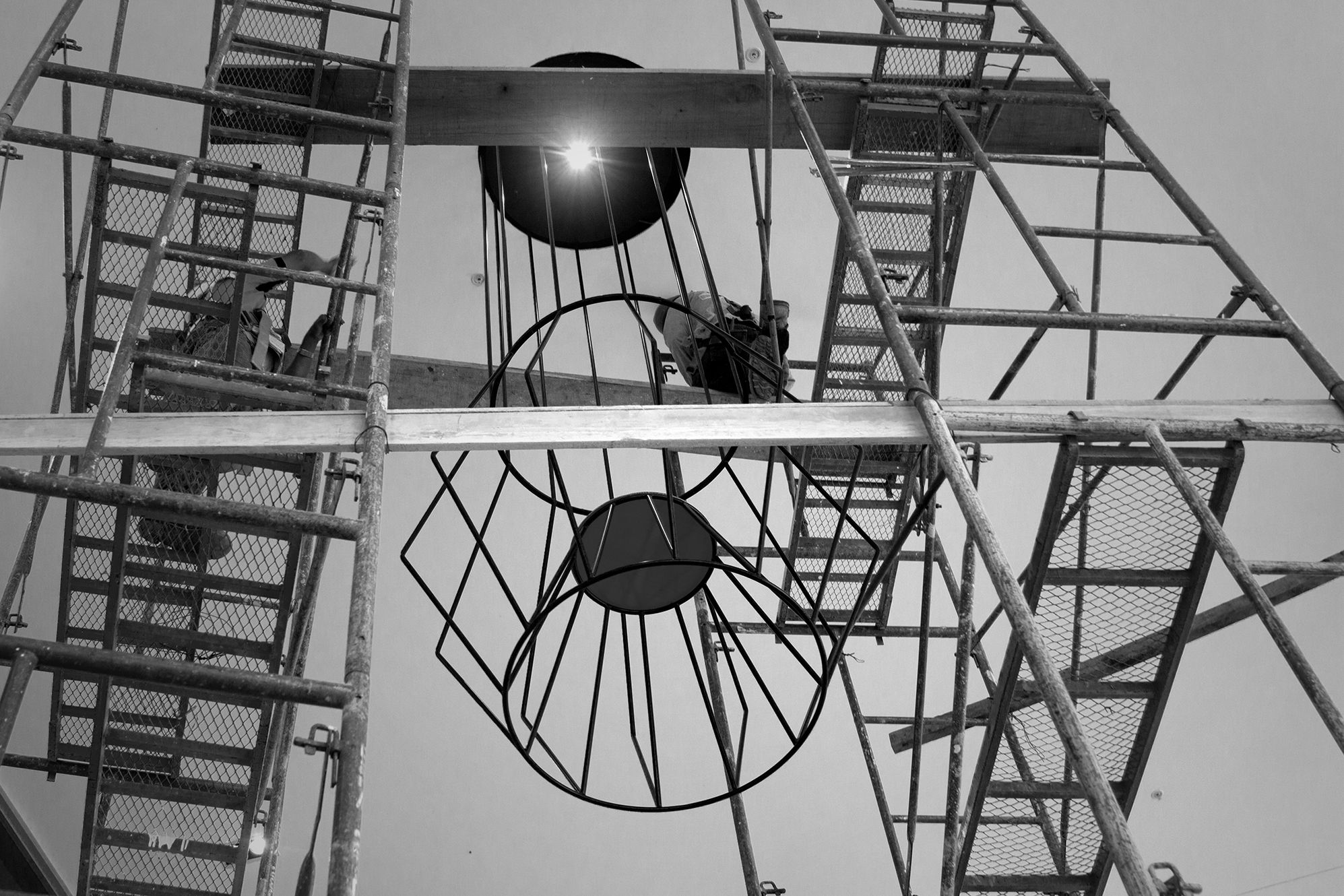 Instalando lámparas gigantes que fueron diseñadas para el mall Zona Centro en Costa Rica   Installing giant lamps that were designed for the Zona Centro mall in Costa Rica