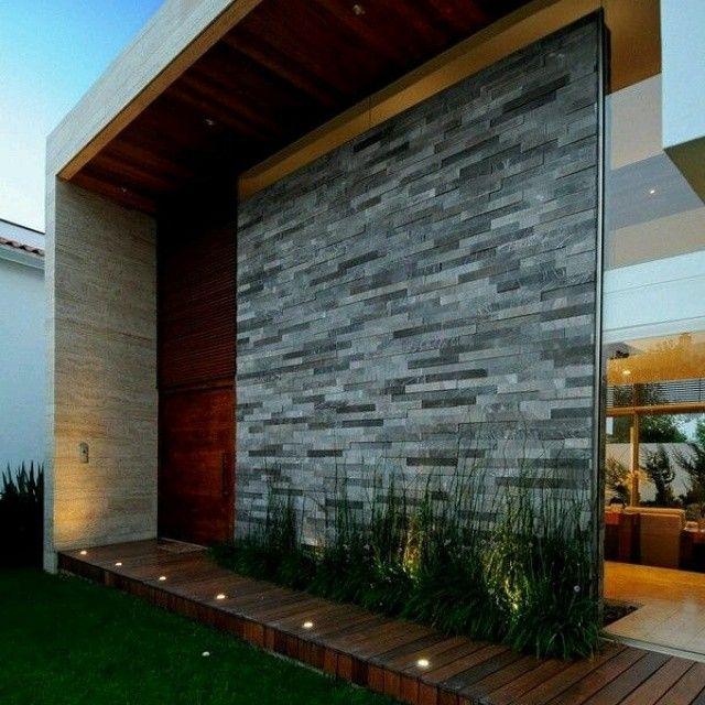 Fachada iluminacion revestimiento de piedra fachadas - Jardines exteriores de casas modernas ...