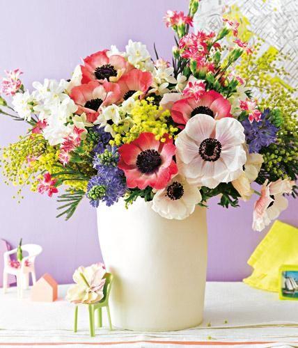 Frühlingsstrauß Aus Anemonen, Mimosen Und Eleganznelken | Zuhause ... Blumen Behaltern Zu Hause