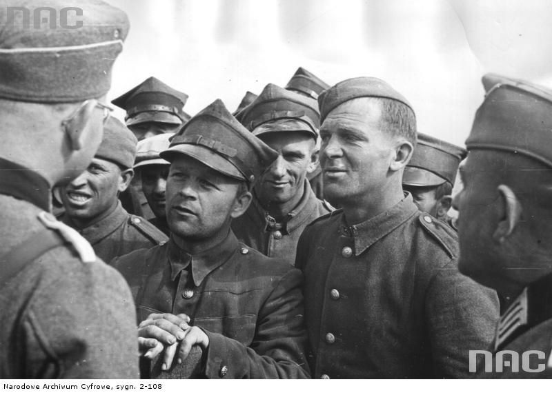 German officer talking with Polish POWs
