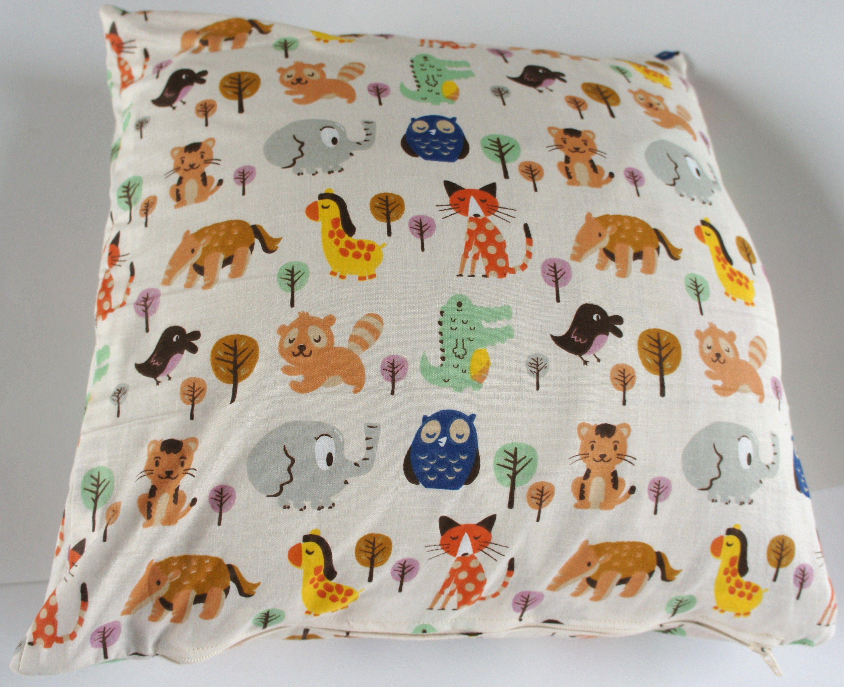 Kussen babykamer retro stof dierenprint deze lieve diertjes