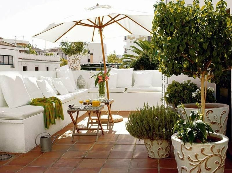 terrasse moderne la d corer et am nager pour accueillir l t coussins d coratifs blancs. Black Bedroom Furniture Sets. Home Design Ideas