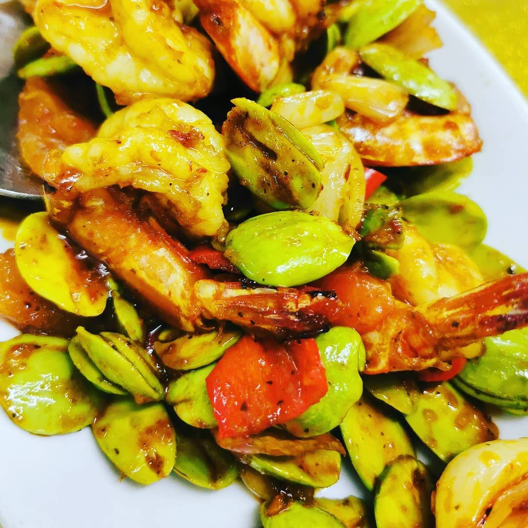 Smelly beans! Fried with prawns and chilli paste! Looks spicy but it's mild 😊  @ @discoverselangor @tourismmalaysiasentral