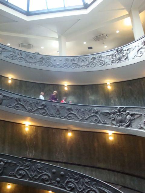 Mutsen op de trap in Museo Vaticano