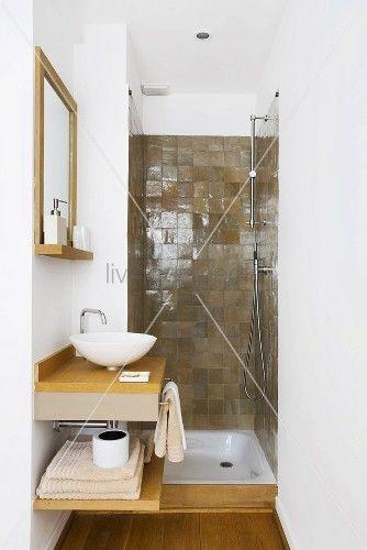 living4media - schmales badezimmer mit kleinem waschtisch und braun ...